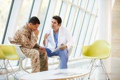 Doktorski Doradza żołnierza cierpienie Od stresu Zdjęcie Stock