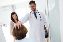 Doktorski dostawanie mała dziewczynka i jej matka w konsultaci zdjęcia stock