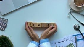 Doktorski dosunięć zdrowie słowo na drewnianych sześcianach, ubezpieczeniu i pierwszej pomocy, medycyna zbiory wideo