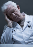 Doktorski dosypianie przy biurkiem Obraz Stock