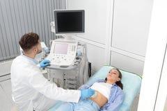 Doktorski dyrygentura ultradźwięku egzamin pacjenta podbrzusze obraz stock