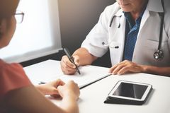 Doktorski dyskutować z Żeńskim pacjentem zdjęcie royalty free