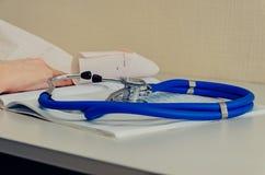 Doktorski działanie w szpitalu pisze recepcie, opiece zdrowotnej i medycznym pojęciu, wyniki testu w tle, rocznik Obrazy Stock