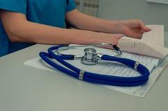 Doktorski działanie w szpitalu pisze recepcie, opiece zdrowotnej i medycznym pojęciu, wyniki testu w tle, rocznik Zdjęcie Stock