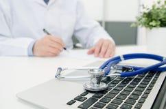 Doktorski działanie w szpitalu laptopa klawiaturowy stetoskop Fotografia Stock