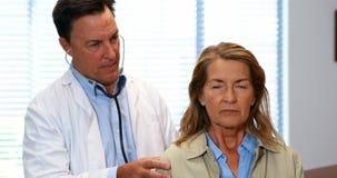 Doktorski egzamininujący starszej kobiety zbiory