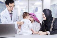 Doktorski egzamininujący troszkę chłopiec w szpitalu Fotografia Royalty Free
