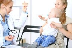 Doktorski egzamininujący troszkę chłopiec z stetoskopem Matka trzyma jej syna na jej podołku Motherless i medycyna pojęcie fotografia stock
