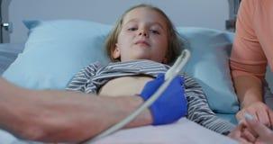 Doktorski egzamininuje dziewczyny podbrzusze z ultradźwiękiem zbiory wideo