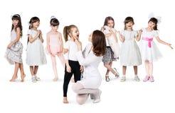 Doktorski egzamininuje gardło mała dziewczynka Zdjęcie Stock