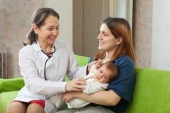 Doktorski egzamininuje nowonarodzony dziecko Zdjęcie Royalty Free