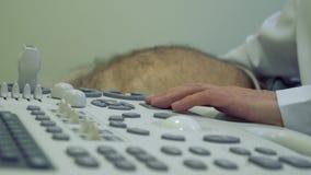 Doktorski egzamininuje podbrzusze starszy mężczyzna z utrasound wyposażeniem zdjęcie wideo