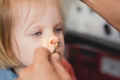 Doktorski ENT sprawdza ucho z otoskopem dziewczyna pacjent fotografia royalty free