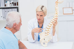 Doktorski explaning kręgosłupa model starszy pacjent Fotografia Royalty Free