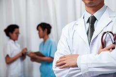 Doktorski falcowanie jego ręki z stetoskopem w jeden ręce Zdjęcie Stock