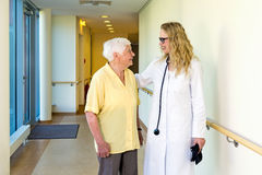 Doktorski gawędzenie starszy dama pacjent fotografia stock