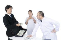 Doktorski gniewny i odmawiający otrzymywać żadny więcej pieniądze biznesmen obrazy stock