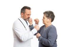 Doktorski i cierpliwy bój z pięściami zdjęcie stock