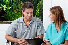 Doktorski I Męski pacjent W Stomatologicznej klinice Obrazy Royalty Free