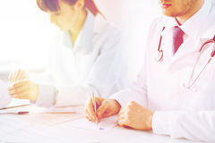 Doktorski i pielęgniarka writing recepty papier obrazy royalty free