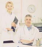Doktorski i pielęgniarka czekanie dla pacjentów Zdjęcie Stock