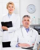 Doktorski i pielęgniarka czekanie dla pacjentów Fotografia Royalty Free