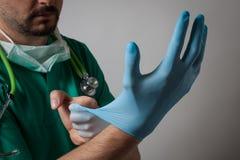 Doktorski kładzenie na rękawiczce Fotografia Stock
