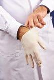Doktorski kładzenie na rękawiczkach w szpitalu fotografia royalty free