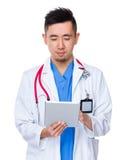 Doktorski mężczyzna czytający na pastylka komputerze osobistym Obraz Royalty Free