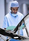 Doktorski mężczyzna czytanie z 3D DNA pasemkiem Zdjęcie Stock