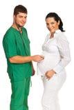 Doktorski mężczyzna egzamininuje kobieta w ciąży Obraz Stock