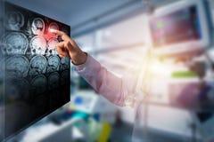 Doktorski macanie na ekranie komputerowym futurystyczny technologii scre zdjęcie stock
