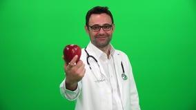 Doktorski mienie jabłko przeciw zielonemu ekranowi zbiory wideo