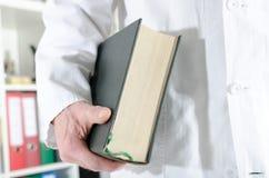 Doktorski mienie medyczna książka Zdjęcia Stock