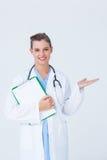 Doktorski mienie schowek i przedstawiać z jej ręką Zdjęcie Royalty Free