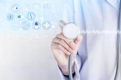 Doktorski mienie stetoskop w ręce z nowożytnym medycznym technologii tłem zdjęcia royalty free