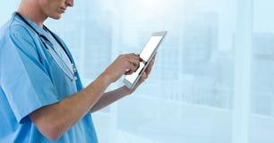 Doktorski mienie telefon błękitnymi miast okno Fotografia Stock