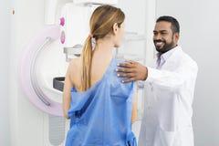 Doktorski narządzanie pacjent Dla mammografiego testa zdjęcie royalty free