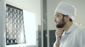 Doktorski obserwuje móżdżkowy mri diagnostyk w szpitalu 4K zdjęcie wideo