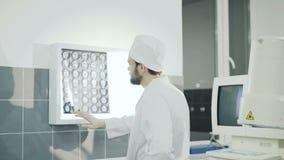 Doktorski obserwuje móżdżkowy mri diagnostyk w szpitalu 4K zbiory wideo