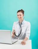 Doktorski obsiadanie przy biurkiem Fotografia Stock