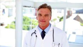 Doktorski odprowadzenie w ostrość i ono uśmiecha się zbiory