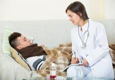 Doktorski odwiedza nastolatek z zimnem w domu fotografia stock