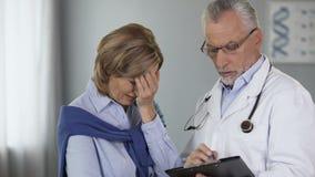 Doktorski opowiadać jego żeński pacjent, kobieta zaczyna płakać, zła wiadomość, onkologia zdjęcie wideo