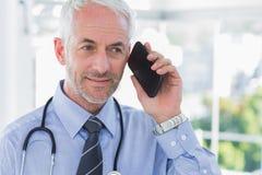 Doktorski opowiadać na telefonie Zdjęcie Stock