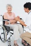 Doktorski opowiadać starszy pacjent w wózku inwalidzkim Fotografia Stock