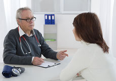 Doktorski opowiadać jego żeński młody pacjent Fotografia Stock