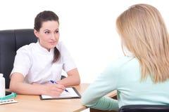 Doktorski opowiadać z pacjentem w lekarkach biurowych Fotografia Royalty Free