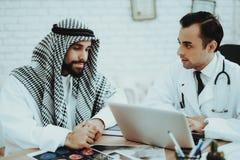 Doktorski Ordynacyjny Arabski mężczyzna Odwiedza szpital zdjęcie stock