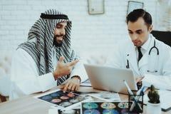 Doktorski Ordynacyjny Arabski mężczyzna Odwiedza szpital fotografia stock